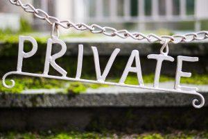 Kette mit Metallbuchstaben Private daran
